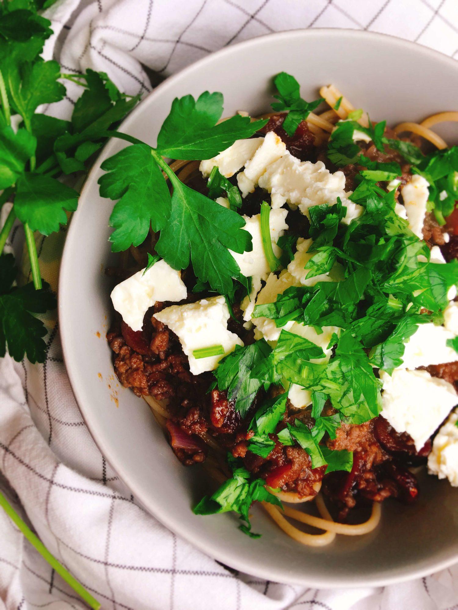 Eine ganz besondere Pasta mit Hackfleisch-Rotweinsauce, Cranberries und Schafskäse