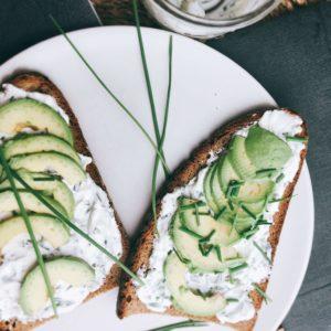 Rezept für Avocado-Toast mit Quark-Schnittlauch-Dip