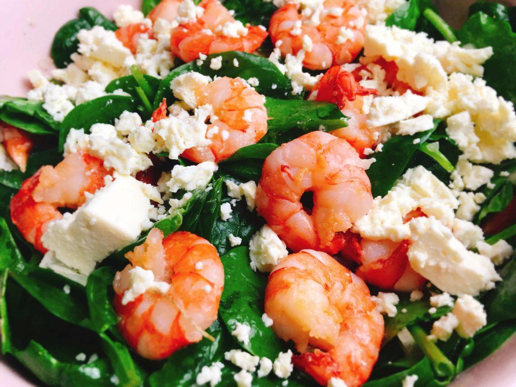 Low Carb Salat mit Schafskäse und gebratenen Garnelen