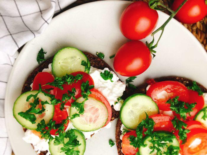Gesunde, belegte Brote mit Hüttenkäse und Gemüse
