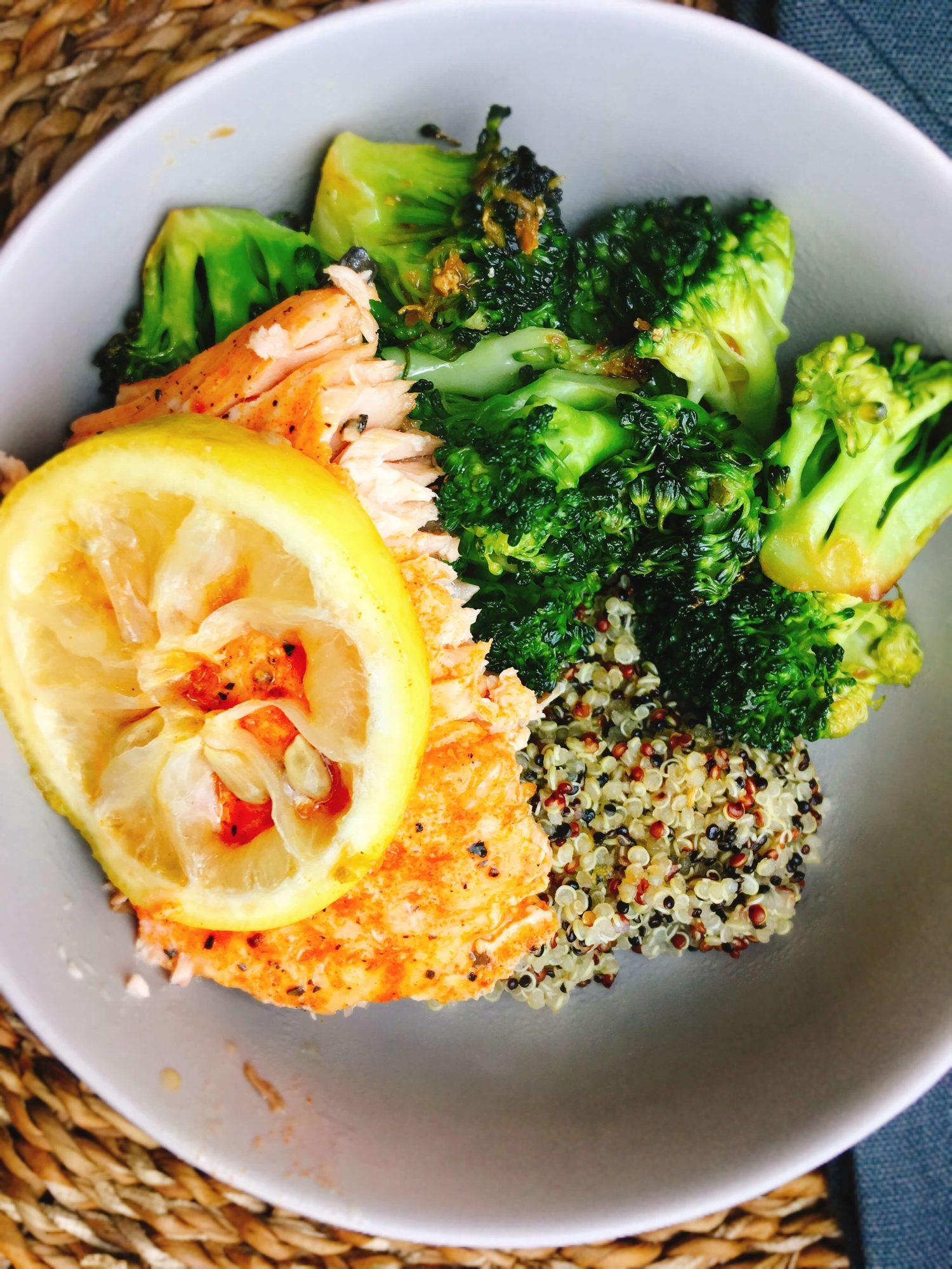 Bowl mit Lachs, Quinoa und Brokkoli