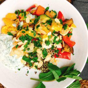 Rezept für orientalische Gemüse-Bowl mit Joghurt-Minz-Dip und gerösteten Mandeln