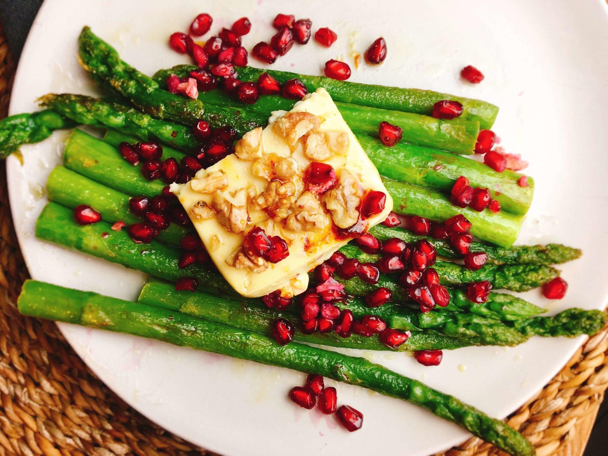 Rezept für karamellisierten Feta auf grünem Spargel