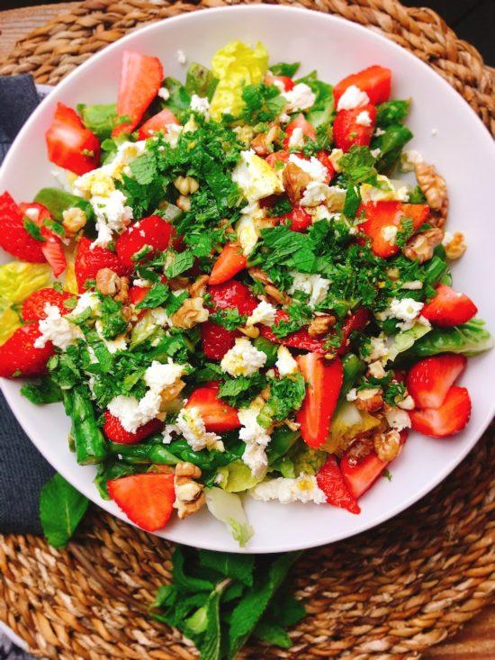 Rezept für einen gesunden Salat mit grünem Spargel und Erdbeeren
